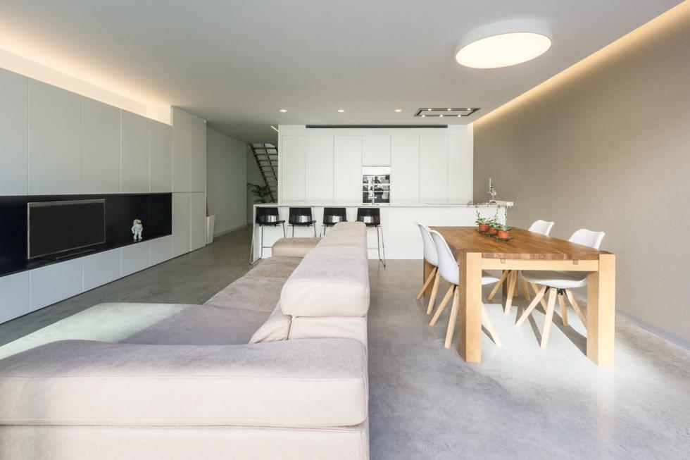 Fotografía de interior. Cocina panelada y patio