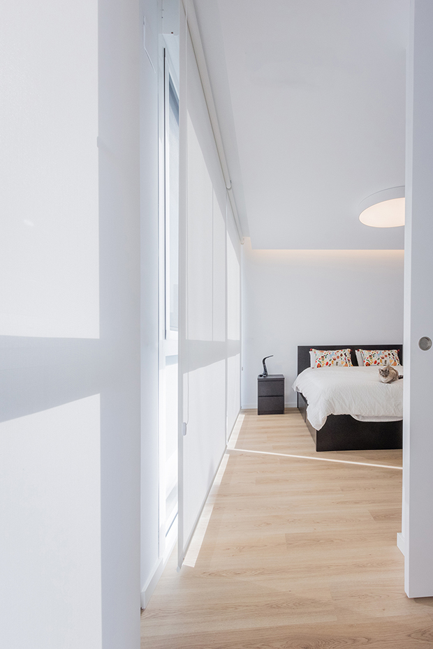 Fotografía de interior. Dormitorio desde la entrada. Luz matizada exterior con estores al suelo