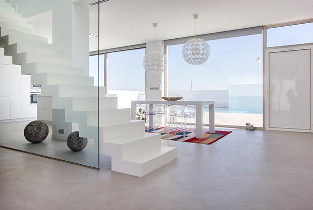 Fotografía arquitectura. Detalle escalera al aire y separción de espacios con cristal