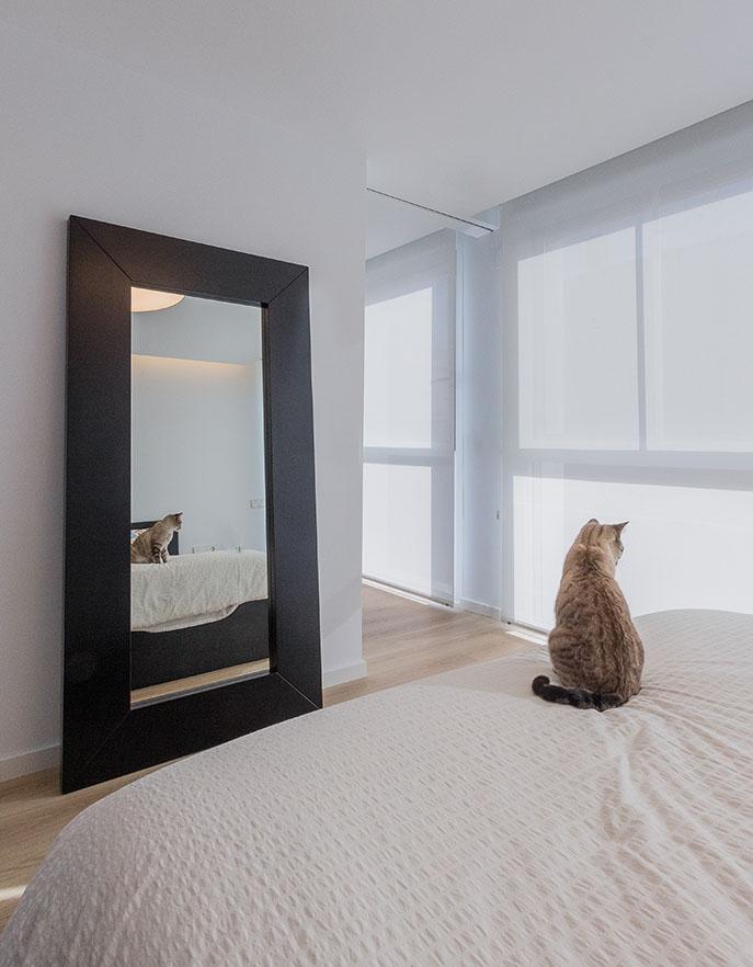 Fotografía de interior. Baño de estilo contemporáneo. Mezcla de materiales